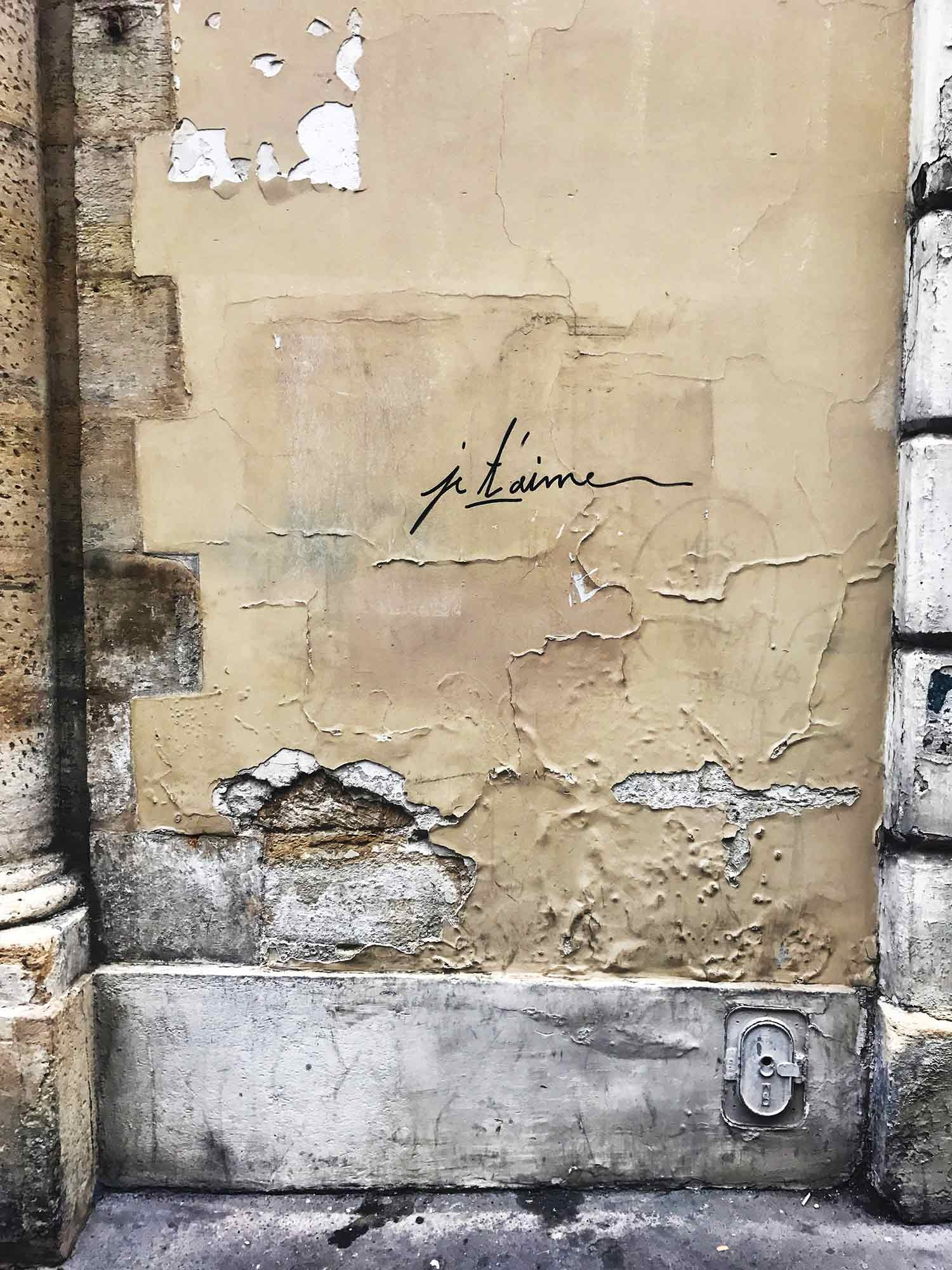 """Je t'aime"" written on a wall on the street. December 2018"