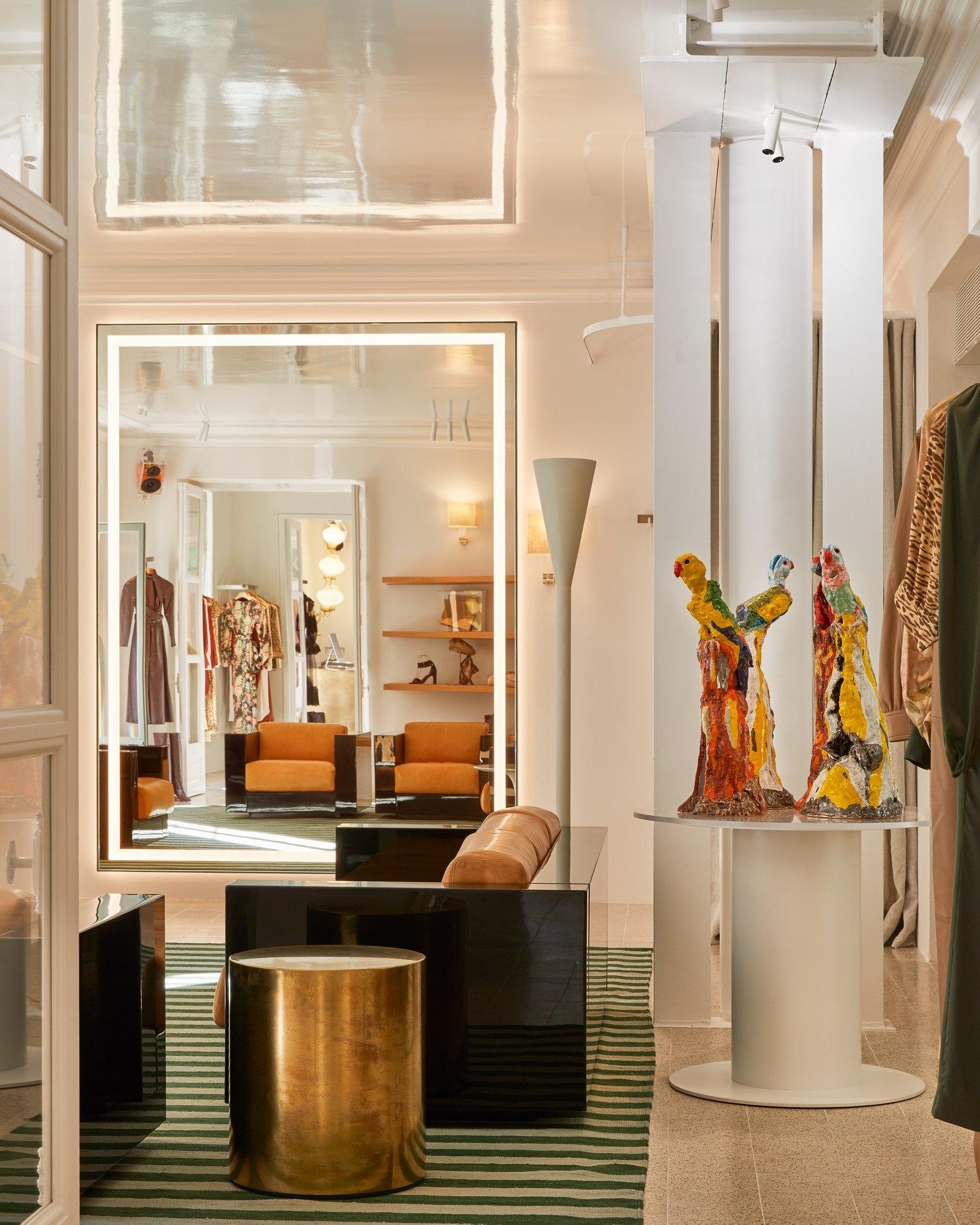 The tonal interior of 29 Rue Francois, 1er, Paris