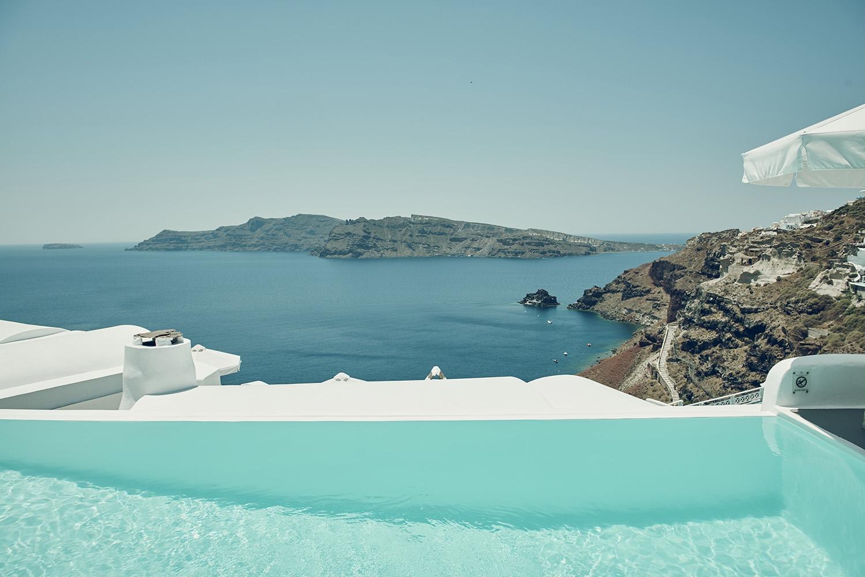 17.An infinity pool on the mountain looks over the vast ocean ahead