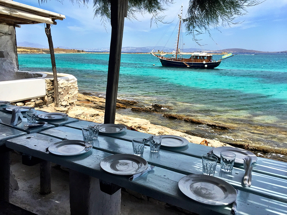 Lunch next to a turquoise reef in Rineia