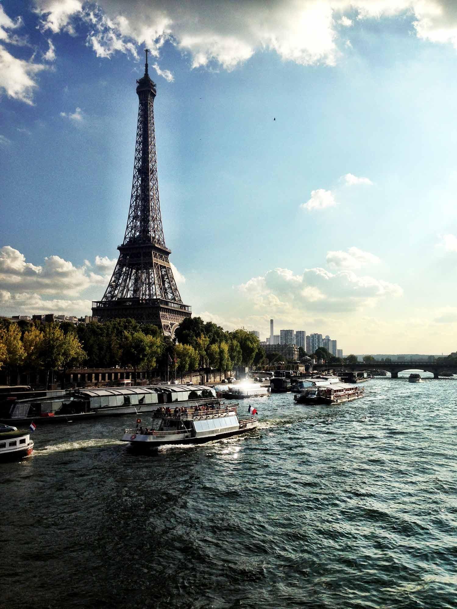 A view of boats cruising along La Seine, past la tour Eiffel