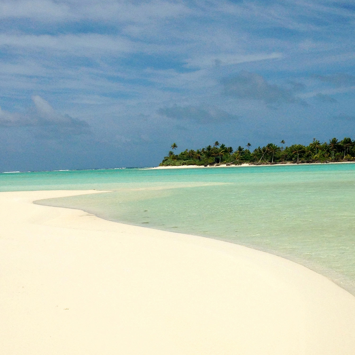 A cloudy day on the quiet beach of Aitutaki