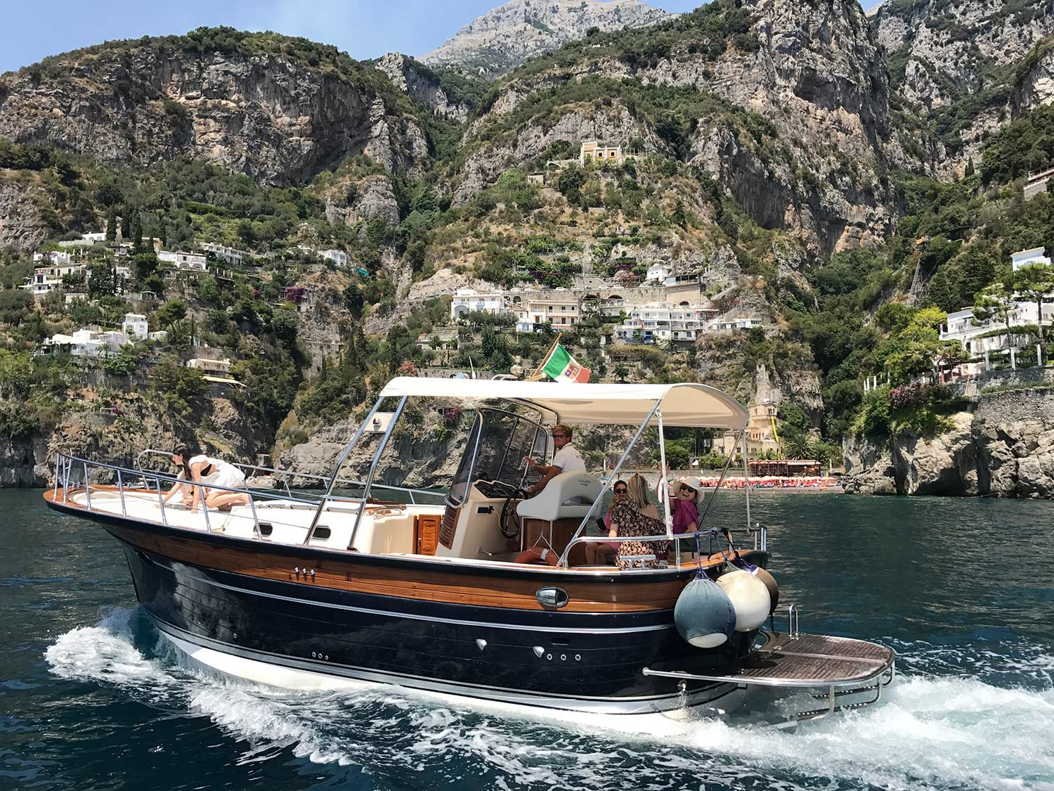 A private boat on the Amalfi Coast takes guests to lunch at Conca Del Sogno